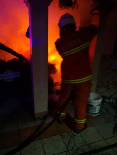 受召到场的消拯员展开扑灭行动,成功将火势扑灭,没有造成更大的伤害。