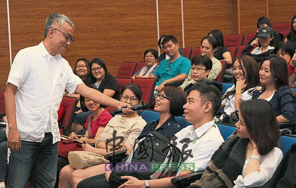 阿德老师拿着麦克风满场飞,互动式的交流让出席者更勇于提问。