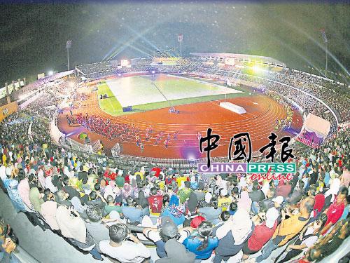 霹州体育场逾2万名公众,观赏闭幕仪式。