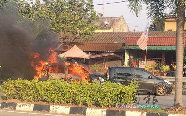 两辆迈薇轿车发生碰撞意外后,其中一车冒烟起火。