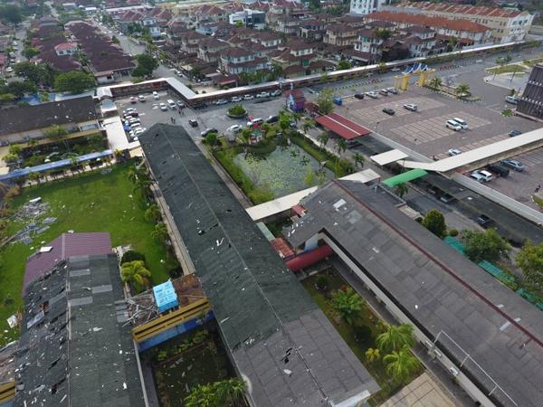 狂风暴雨侵袭,吉华华中多栋课室楼窗户摧毁,屋顶被翻起,太阳能板散落地面,破坏威力强大。(雷锦耀提供照)