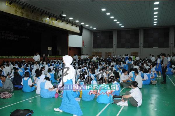 逾2000学生疏散至礼堂。