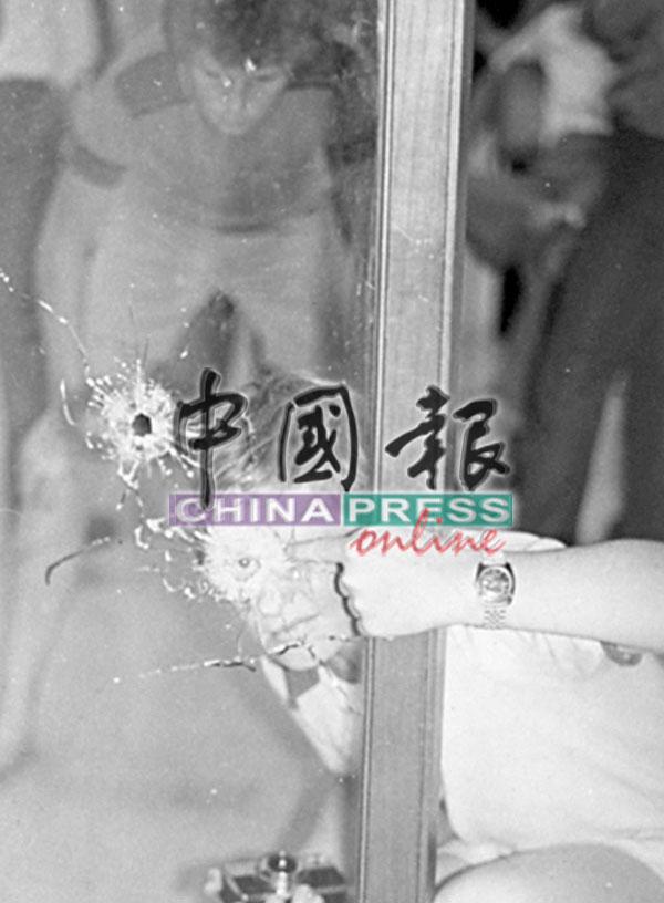 赤军在挟持人质的首日,在大厦范围开枪扫射,射出至少17枚子弹。