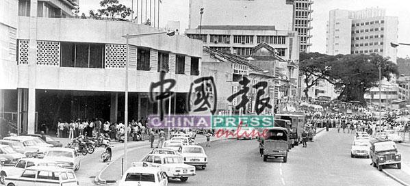 赤军挟持人质消息传出,警方如临大敌,派出大批警力及资源,24小时在友邦保险大厦外待命。