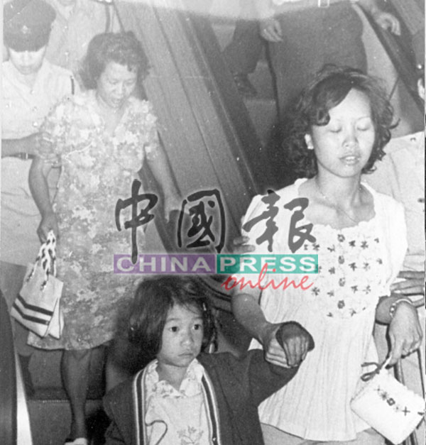 赤军信守承诺,从友邦保险大厦前往机场时,即释放所有女性及小孩人质。