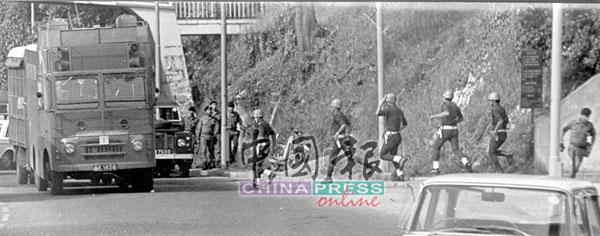 包括联邦后备队在内的大批警察,重重包围友邦保险大厦范围,时任警察总长敦韩聂夫更亲临现场坐镇指挥。