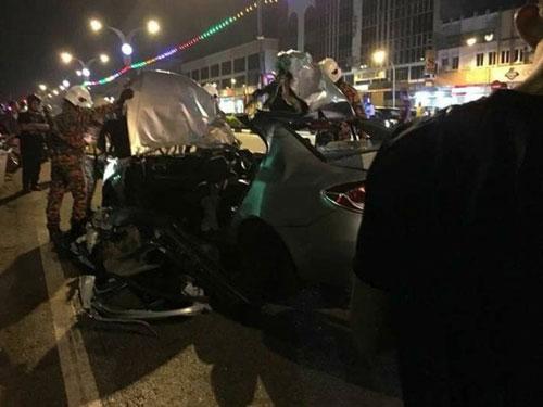 奔舒娜车顶被掀翻开,严重损毁。