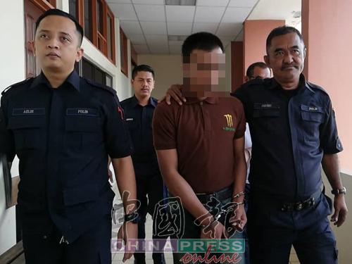 被告莫哈末利端(右2)被庭警押離法庭。