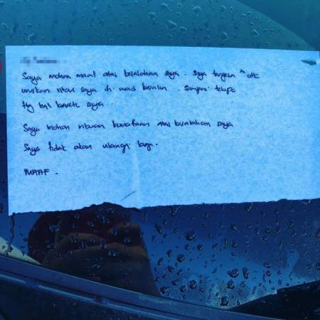 双重停泊车主透过纸条向阿妮雅道歉。(取自网络)