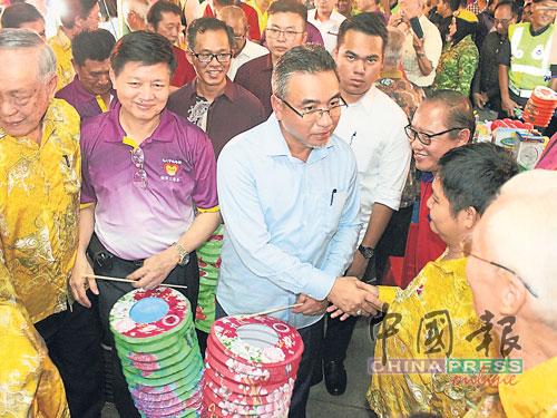 林氏宗祠理事成员热情满满迎接阿德里(中)光临,左2是林国安。