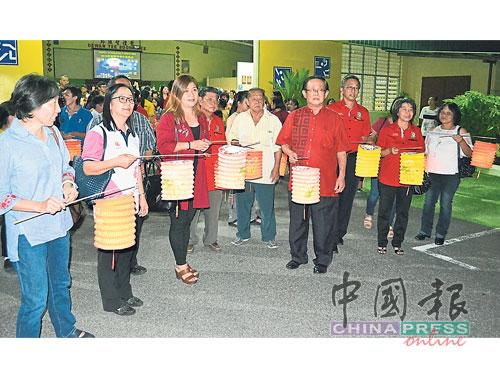 庇中庇小董家协及校友会要员,率领嘉宾与学生们进行提灯笼游行,场面充满华族庆祝传统中秋节的气氛。