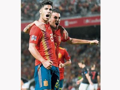 阿森西奧(左)一人獨造5球,帶領西班牙主場狂胜克羅地亞。(法新社)