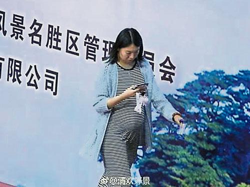 網友拍到這張李曉霞挺著大肚子,在路旁邊走邊看手機的圖片,「釣」出她證實懷孕且即將下個月臨盆的證實。