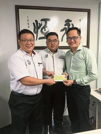 李锦兴(左起)、罗国文及拿督饶新羽踊跃参与慈善。