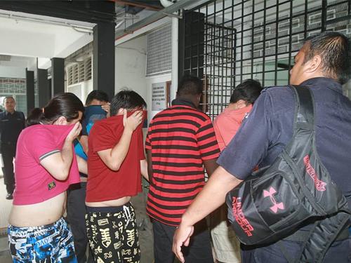 5名年龄介于29至44岁的华裔嫌犯已遭延扣。
