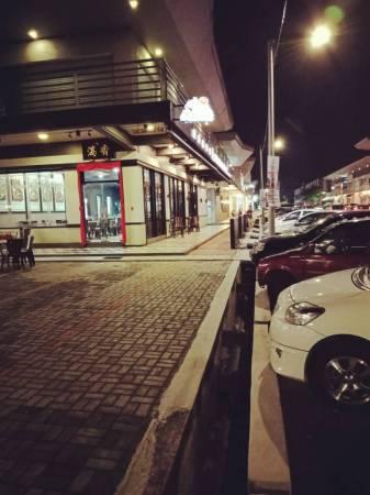 Kota的美食街有各式各样的道地美食,无论白天晚上都非常热闹,更重要的是就在民宿对面街而已!