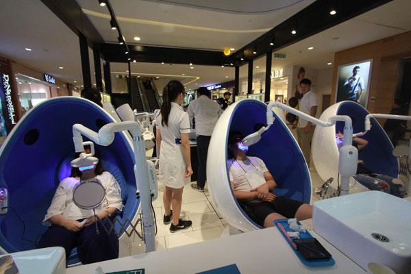 排排坐一起美白牙齿,就如接受美容护理般轻松自在。