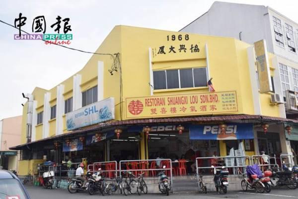 文冬一些店舖除了有商業招牌,一些店舖業主也寫上水泥中文字。