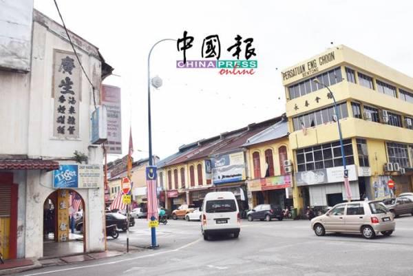 文冬辛炳街左旁老店廣生招牌已經有數十年,右旁永春會館除了有華文字外,國文水泥字也比華文大。
