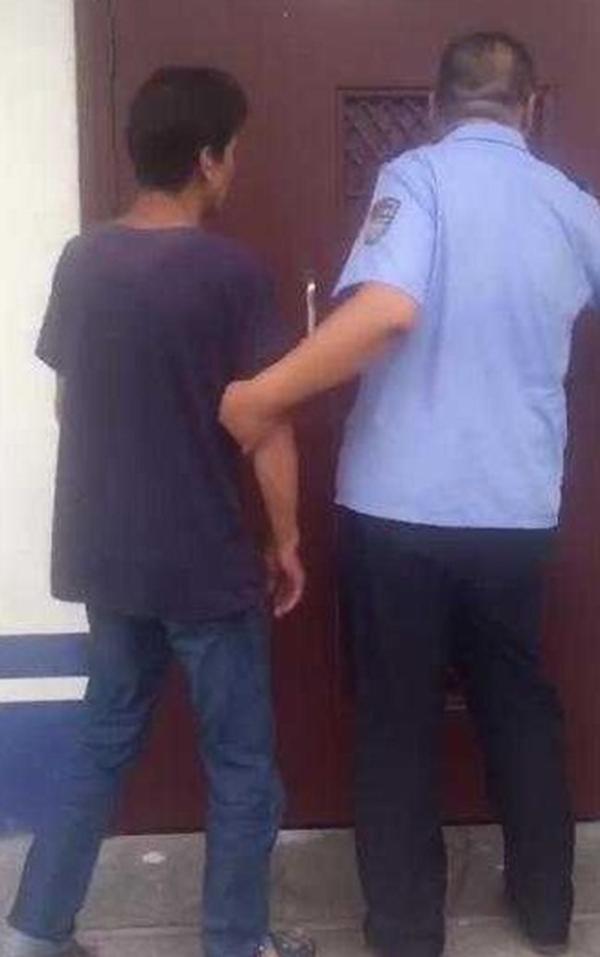 嫌犯顧某(左)遭警方逮捕。