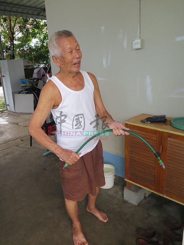 蔡仁榮出示事發時用來擊打劫匪的腳車鎖。