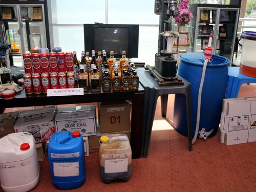 遭取缔的地下炼酒厂,从提炼、瓶装、到包装等皆一手包办,把假酒当真酒卖。