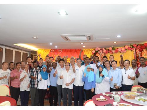 張發虎(前左8起)、蔡添強及公正黨禮讓區部黨員歡愉交流。