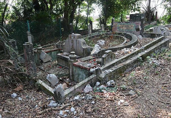 其中一個遭破壞的墓穴,圍欄都已經不見了,一片狼藉。