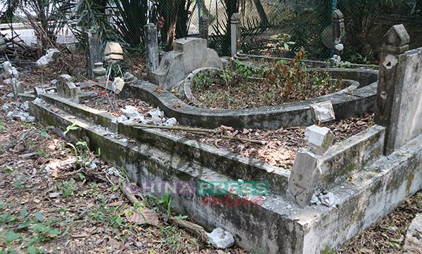 另一個被破壞的墓穴,石柱子內的鐵枝無法被抽走,但是整個墓穴已經毀不成形。