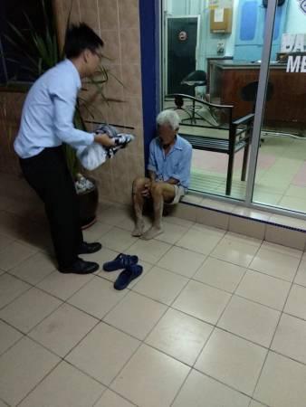 石傳俊(左)到附近商店購買新衣服和鞋子,讓老翁更換。