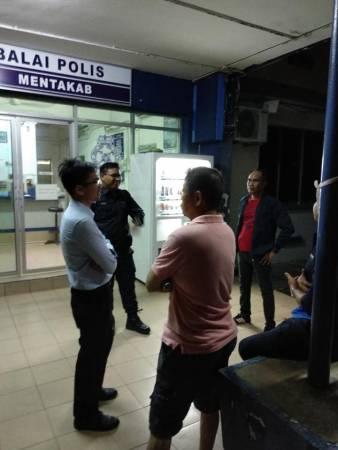 警方將走失的老翁帶往警察局,石傳俊(左)向警方了解情況。