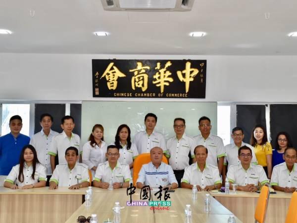 淡屬中華商會宣布董事會新陣容,坐者左起羅婉儀、陳德隆、方國翰、黎銘豪、廖勓佑、黃朝鋒和黃茂宜。
