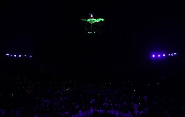 ■蔣謹悅坐在荷葉上倒西湖水,灑滿整個亞運會閉幕式。(新華社)