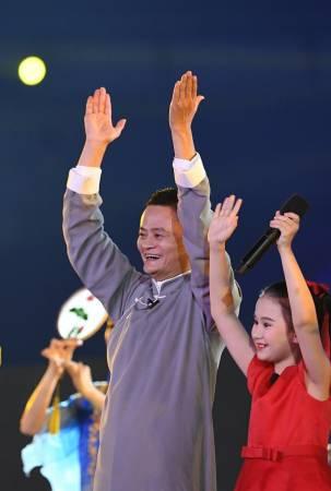 ■蔣謹悅(右)與馬雲一起向亞洲的朋友發出邀請,記得2022年杭州再聚首。(新華社)