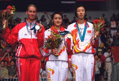 2000年悉尼奧運會女單前三名,左起卡米拉馬汀、龔智超及葉釗穎。(互聯網)