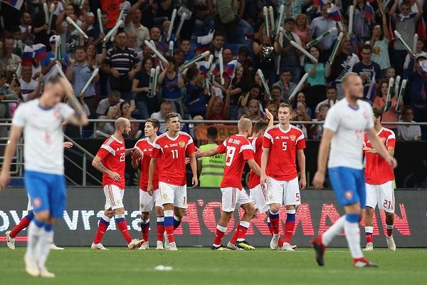 俄羅斯進球一個又一個,捷克隊員輸得心服口服。(法新社)