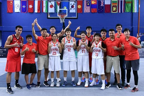 ■中國男女隊實現包辦雙冠,教練、球員與職員在賽後合影慶祝。