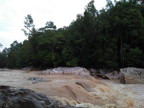 河水湍急, 过河恐有生命危险。