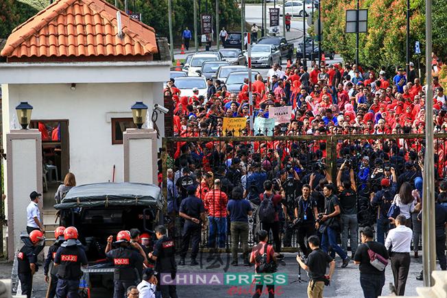 警方不放行,并筑起人墙,同时把法庭的篱笆关上,把支持者隔在门外,同时警方轻型镇爆队也受召到场准备。