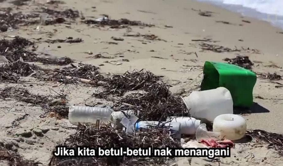 沙滩与海边到处可见塑料垃圾,为全球人民敲起塑料污染环境的警钟。