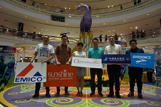 槟城大桥国际马拉松比赛今年奖金丰厚,左起陈振平、黄源发、李思凌、杨顺兴、刘振华、张义孝。