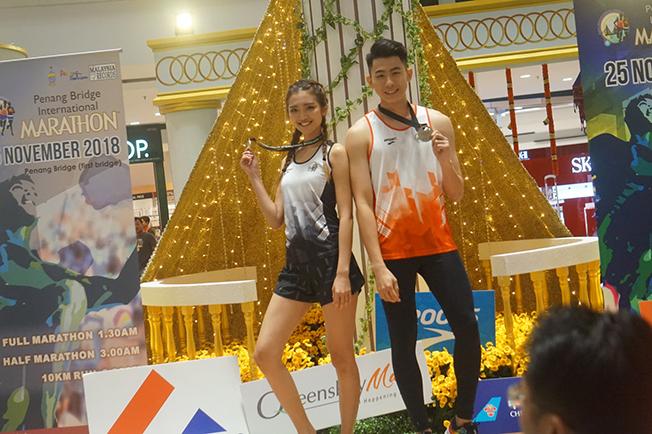 位于皇后湾购物广场举办的槟城大桥国际马拉松比赛时装走秀,吸引大批人潮围观。