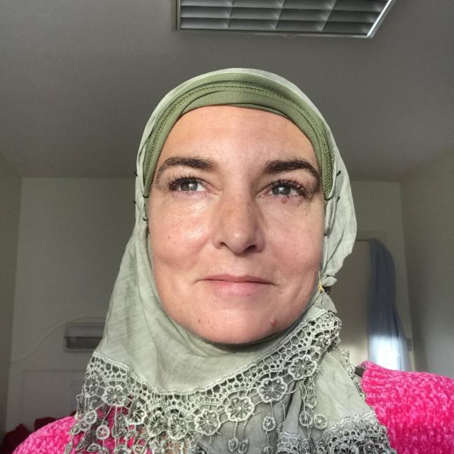 辛妮欧康诺发布头戴头巾的照片,宣布改信伊斯兰教。