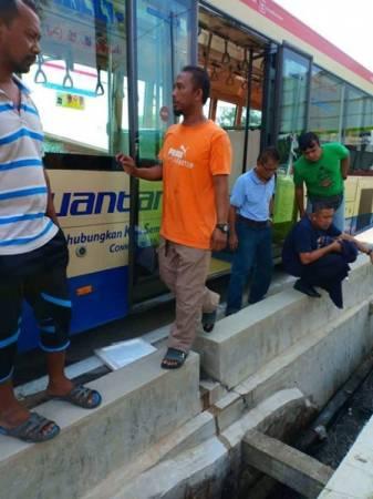 老妇从巴士下车之际,不慎跌入沟渠内,头部被撞击而死亡。