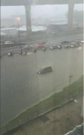 随着排水上涨,造成3车道都被排水淹没,交通中断。