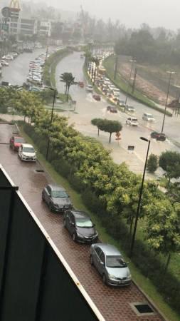 在公主城内的主要道路,红绿段前的局部路段也出现排水上涨的情况。
