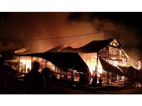 火神毫不留情地吞噬房子,從遠處也可見滾滾濃煙。(圖取自劉永山面子書)