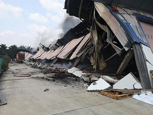 受到火災波及的房子全部倒塌損壞,火勢已被破滅但還不時冒出濃煙。(圖取自劉永山面子書)