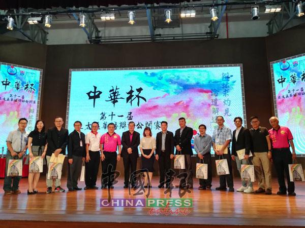 陈鸿来(左5起)、林刚荣、郑金财、张念群及陈洺臣颁发纪念品给所有的辩论比赛评判。