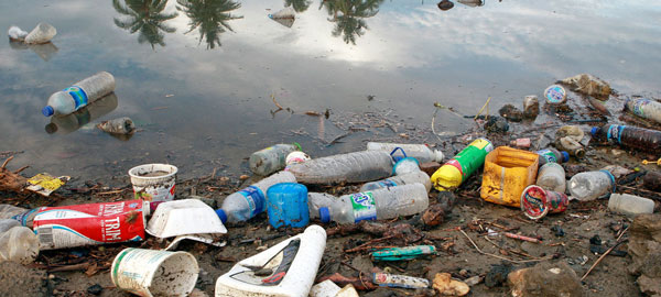 塑料瓶子和垃圾从河流流到向大海,大海犹如天然的垃圾场。(此图取自UN网站,摄影者:Martine Perret)